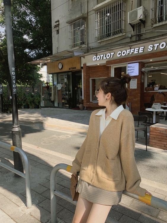 Dress up for the fall with the recipe of mixing standard Korean girl style long-sleeved shirts